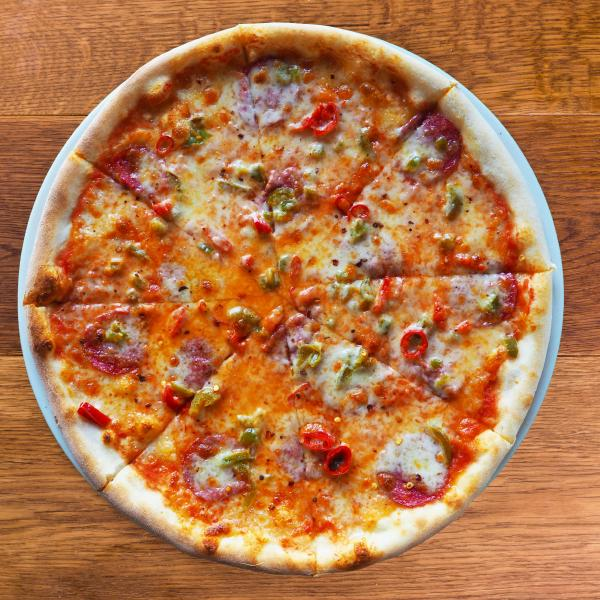 Пицца с салями и халапеньо
